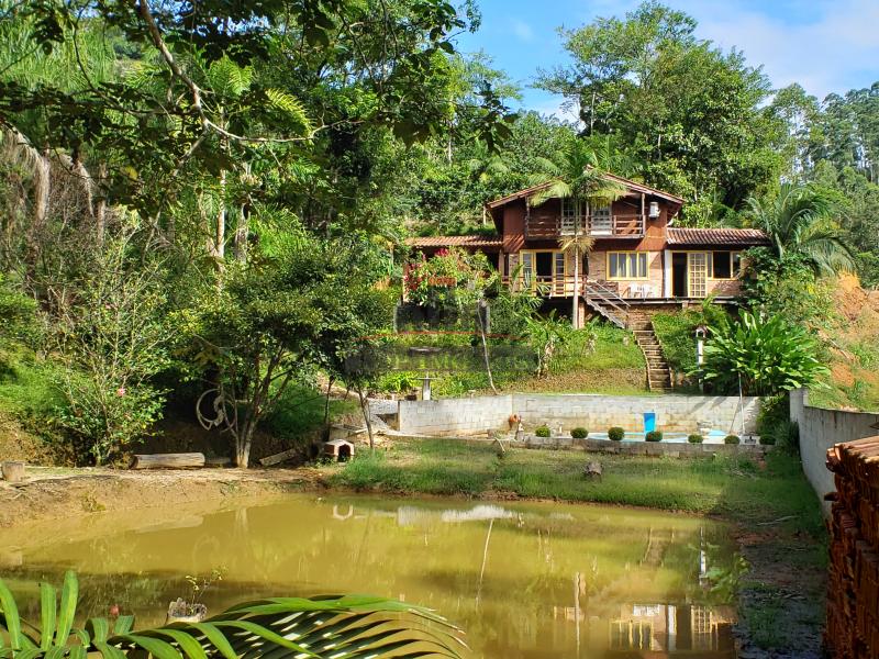 Linda Chácara no Centro de Lageado Baixo!  |   Casa mista com 2 quartos  |  Piscina  |  Lago com nascente
