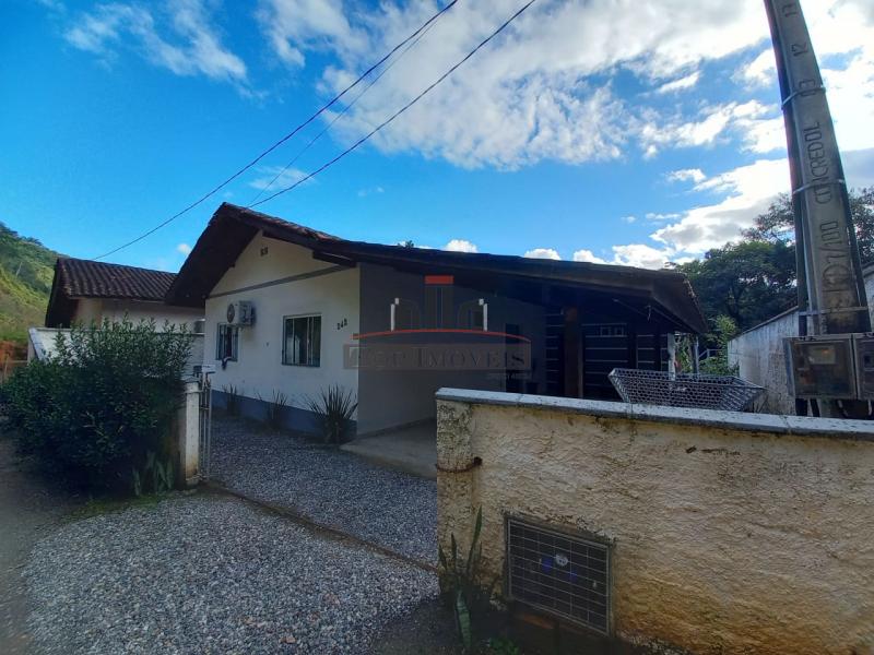 Casa solta no terreno | 3 quartos | Amplo quintal  |  Guabiruba Sul