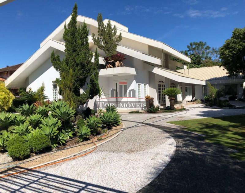Linda casa de Alto Padrão   5 quartos, sendo 4 suítes  Terreno com muito espaço  Centro de Guabiruba  